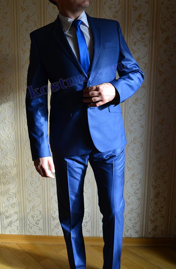 Синий мужской костюм в мелкую клетку, оттенок меняется в зависимости от освещения от тёмно-синего до ярко-синего цвета