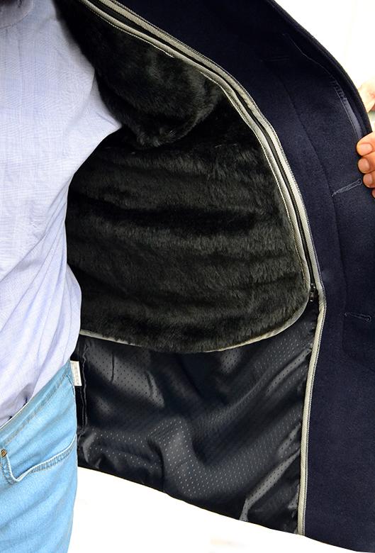 подкладка осенне-зимнего пальто отстёгивается и его можно носить как осеннее