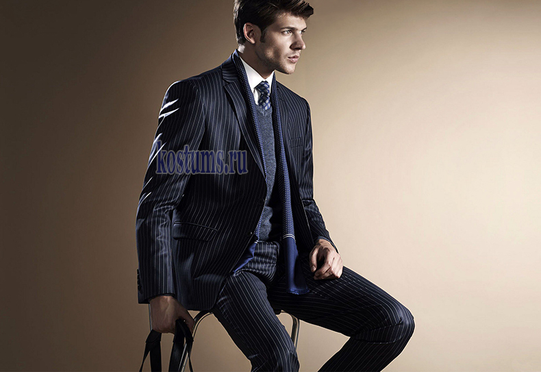 белые полоски заметные широкие, пиджак на двух пуговицах, брюки классические. Понравится всем любителям мужских костюмов в полоску.